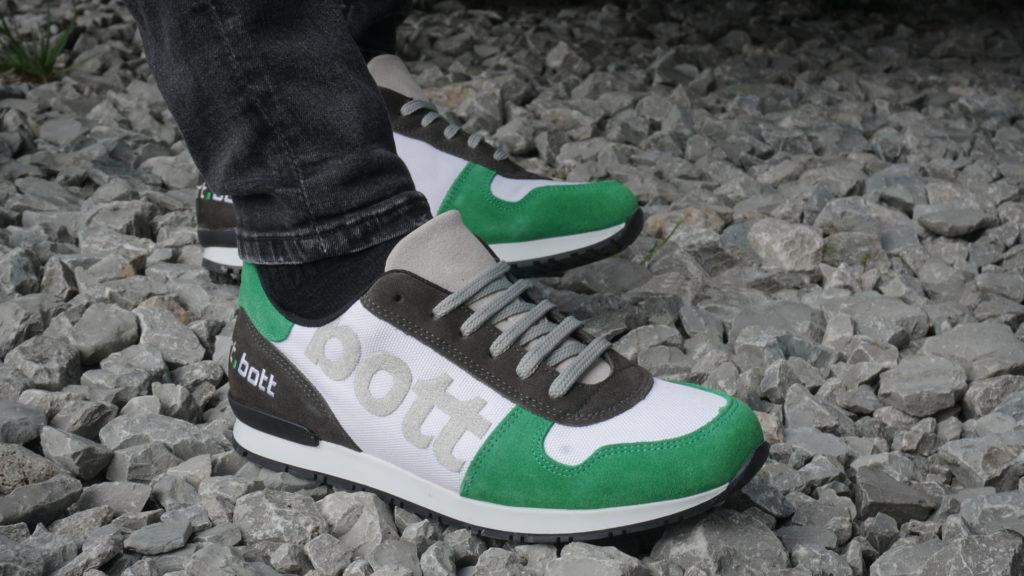 Schuhe mit Firmenlogo