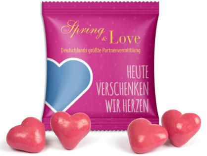 Erdbeer-Dinkel-Herzen im Werbetütchen